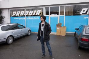 Phil vorm Propain Gebäude